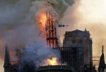 Catedrala Notre Dame din Paris in Flacari
