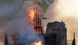 Catedrala Notre Dame din Paris in Flacari